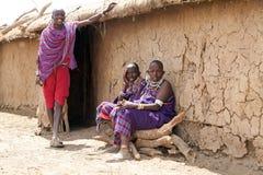 Les masais équipent et des femmes photos stock