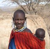 Les masais enfantent le dos de transport de bébé dessus photographie stock libre de droits