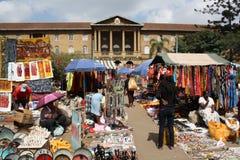 Les masais lancent sur le marché à Nairobi Image stock