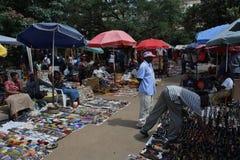 Les masais lancent sur le marché à Nairobi Photos stock