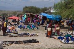 Les masais lancent sur le marché, la Tanzanie photos libres de droits