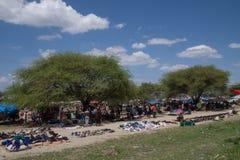 Les masais lancent sur le marché, la Tanzanie image libre de droits