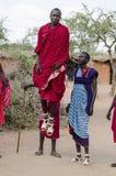 Les masais sautant haut image libre de droits