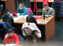 Les masses sont des livres de relevé à la Bibliothèque nationale de la Chine. Photographie stock libre de droits