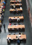 Les masses sont des livres de relevé à la Bibliothèque nationale de la Chine. Photo stock