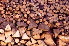 Les matériaux de construction du bois et du bois écorcent comme fond et tex photos libres de droits
