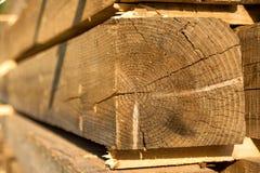 Les matériaux de construction du bois et du bois écorcent comme fond et tex photo stock