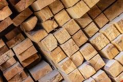 Les matériaux de construction en pente beiges de pile de conseils finit la construction de réparation de matières de base de pout photographie stock
