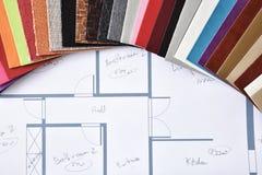 Les matériaux et les couleurs pour la décoration intérieure sur le plan complètent photographie stock
