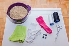 Les matériaux nécessaires pour faire handcraft le bonhomme de neige de jouet Photos stock