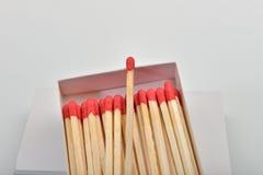 Les matchs principaux rouges dans un blanc ont ouvert la boîte et simple sur le s Photos stock