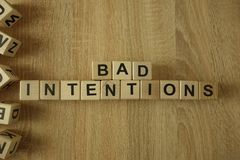 Les mauvaises intentions textotent des blocs en bois images libres de droits