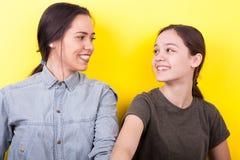 Les meilleures amies en photo de studio Photos libres de droits