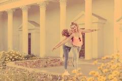 Les meilleures amies marchent et rient Photo stock