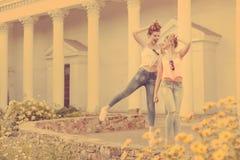 Les meilleures amies marchent et rient hippie Photographie stock libre de droits
