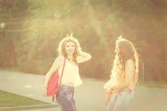 Les meilleures amies pour une promenade Image stock