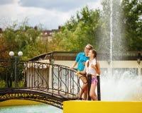 Les meilleures amies regardant le pont près de la fontaine Image libre de droits