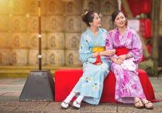 Les meilleures amies s'asseyant sur la rue de culture Photo libre de droits