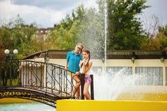 Les meilleures amies se tenant sur le pont près de la fontaine Photographie stock libre de droits