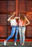 Les meilleures amies sont habillées dans le style de la fille Pin- Fille h Photographie stock
