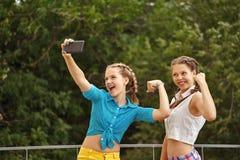 Les meilleures amies sont photographiées en parc Selfie de téléphone de photo Photographie stock