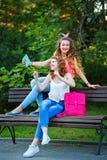 Les meilleures amies sur le banc Photos en parc Selfies de groupe Photo stock
