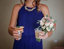 Les meilleures demoiselles d'honneur avec la nourriture et le champagne Image libre de droits