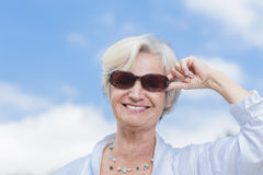 Les meilleures femmes d'ager appréciant l'été Photographie stock libre de droits