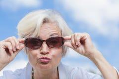 Les meilleures femmes d'ager appréciant l'été Image stock