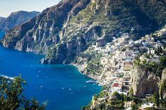 Les meilleures stations de vacances de l'Italie avec de vieilles villas colorées sur la pente raide, Positano images stock
