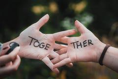 Les meilleures textures d'amies pour toujours écrites sur des mains de fille Image stock