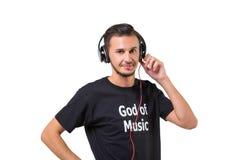 Les meilleurs écouteurs Musique de écoute d'homme barbu heureux moderne sur de grands écouteurs d'isolement sur le blanc images stock