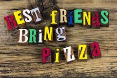 Les meilleurs amis apportent l'impression typographique de pizza Photos stock