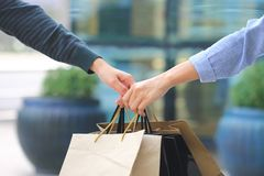 Les meilleurs amis, deux filles de l'adolescence remettent tenir des sacs à provisions avec la position au magasin photo libre de droits