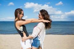 Les meilleurs amis féminins sur la plage Photographie stock libre de droits