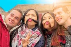 Les meilleurs amis obtiennent la pose drôle pour le selfie Photos libres de droits