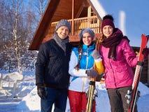 Les meilleurs amis passent des vacances d'hiver au cottage de montagne Image stock