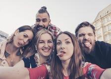 Les meilleurs amis prennent un selfie faisant les visages et les grimaces idiots Photo libre de droits