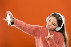 Les meilleurs applis de musique qui méritent d'écouter Détectez à l'oreille librement Demande mobile d'années de l'adolescence En photos stock