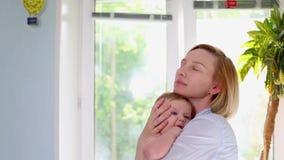 Les meilleurs moments de la vie, une jeune m?re heureuse affectueuse ?treint un fils soignant, sur une couverture bleue avec des  clips vidéos