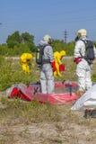 Les membres de l'équipe de Hazmat avaient porté les tenues de protection pour les protéger contre les matériaux dangereux images stock