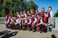 Les membres de la danse folklorique polonaise GAIK faisant les photos communes pour la mémoire Photographie stock