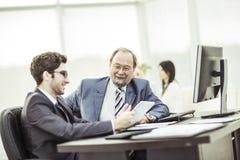 Les membres des affaires team discutant des documents d'entreprise dans le lieu de travail dans le bureau Image libre de droits