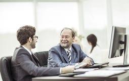 Les membres des affaires team discutant des documents d'entreprise dans le lieu de travail dans le bureau Photo stock