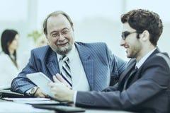 Les membres des affaires team discutant des documents d'entreprise dans le lieu de travail dans le bureau Image stock