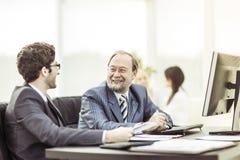 Les membres des affaires team discutant des documents d'entreprise dans le lieu de travail dans le bureau Images stock