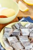 Les merluches pêchent avec le mélange du paprika de farine et de la farine de maïs prêts pour faire frire Image libre de droits