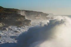 Les mers déchaînées géantes se brisent dans des falaises Image libre de droits