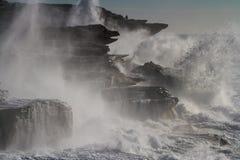 Les mers déchaînées géantes se brisent dans des falaises Photos libres de droits