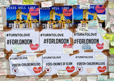 Les messages et les hommages floraux aux victimes de Londres jettent un pont sur des attaques terroristes Photos stock